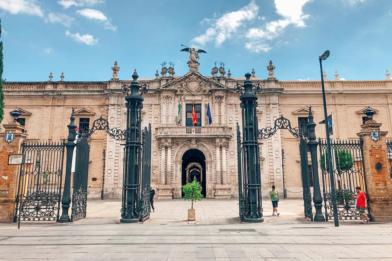 La façade de l'ancienne Fabrique royale de tabac de Séville