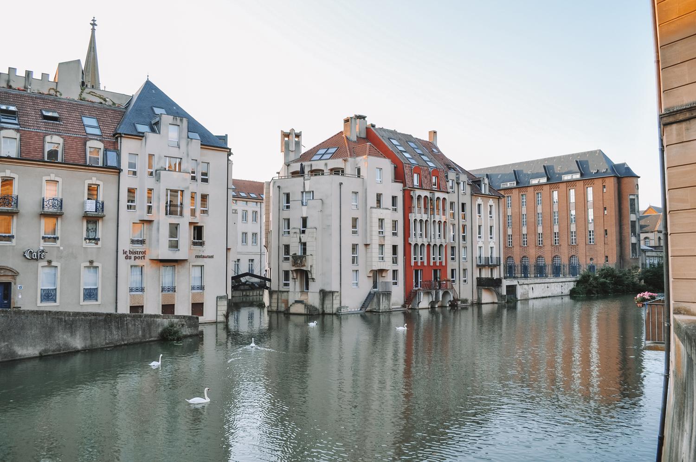 Des habitations organisées autour du Canal de la Moselle