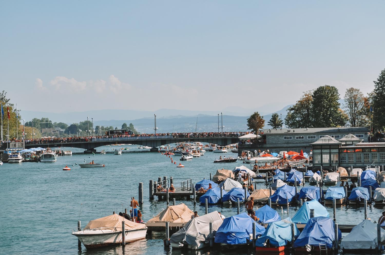 Les bateaux dans le petit port de Zurich
