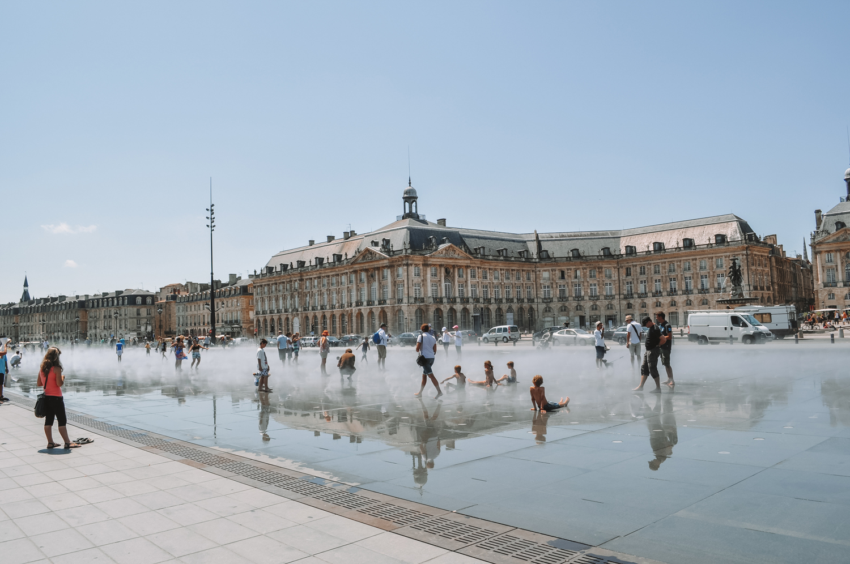 Le miroir d'eau reflète la place de la Bourse ainsi que les quais de Bordeaux