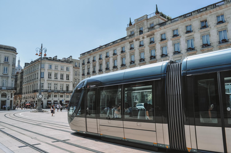 Le tramway de Bordeaux circulant dans le centre-ville