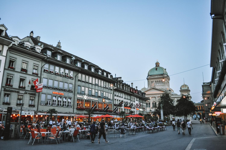Le soleil se couche sur Berne et les terrasses fleurissent