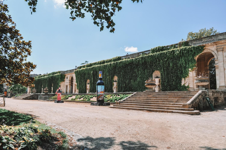 Des sculpture de bouteilles de Bordeaux dans le jardin public