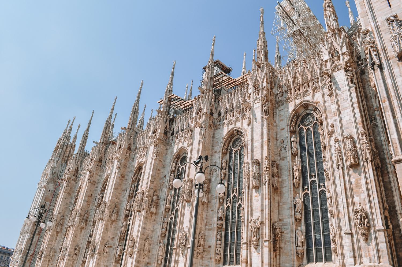 Le style du Duomo di Milano est unique et mélange différents courants