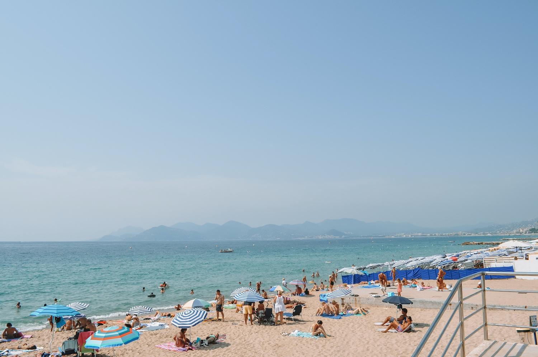 La plage est juste magnifique et offre une vue sur la baie à tomber par terre