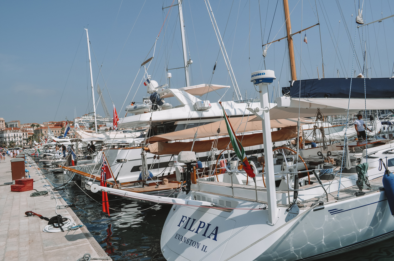 De magnifiques bateaux dans le port de Cannes