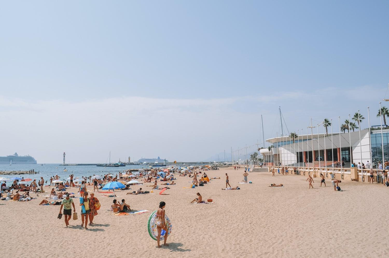 La plage s'étend tout le long de la Croisette