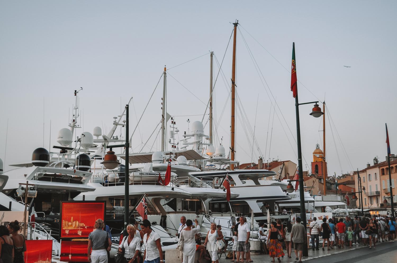 Les bateaux luxueux dans le port de Saint-Tropez