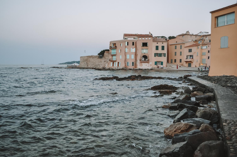 Une ville bordée par les eaux