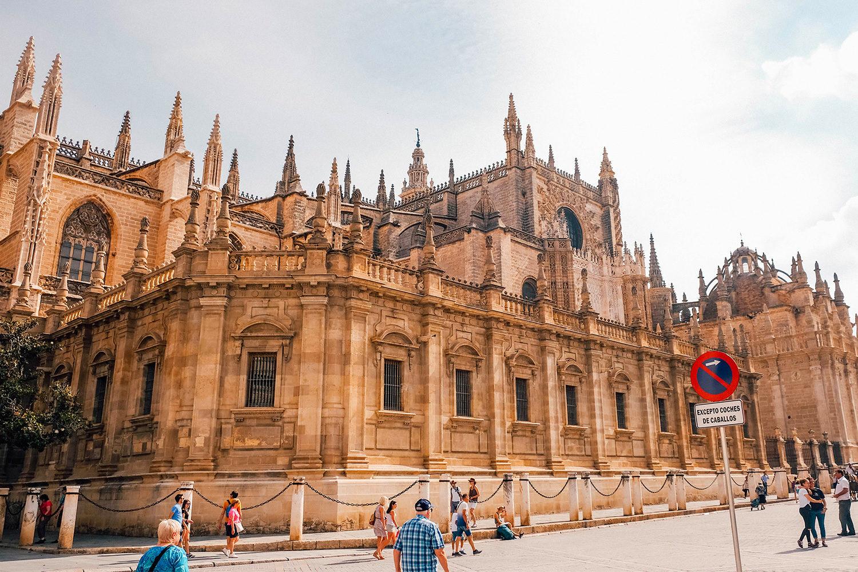 Vue extérieure sur l'imposante Cathédrale de Séville