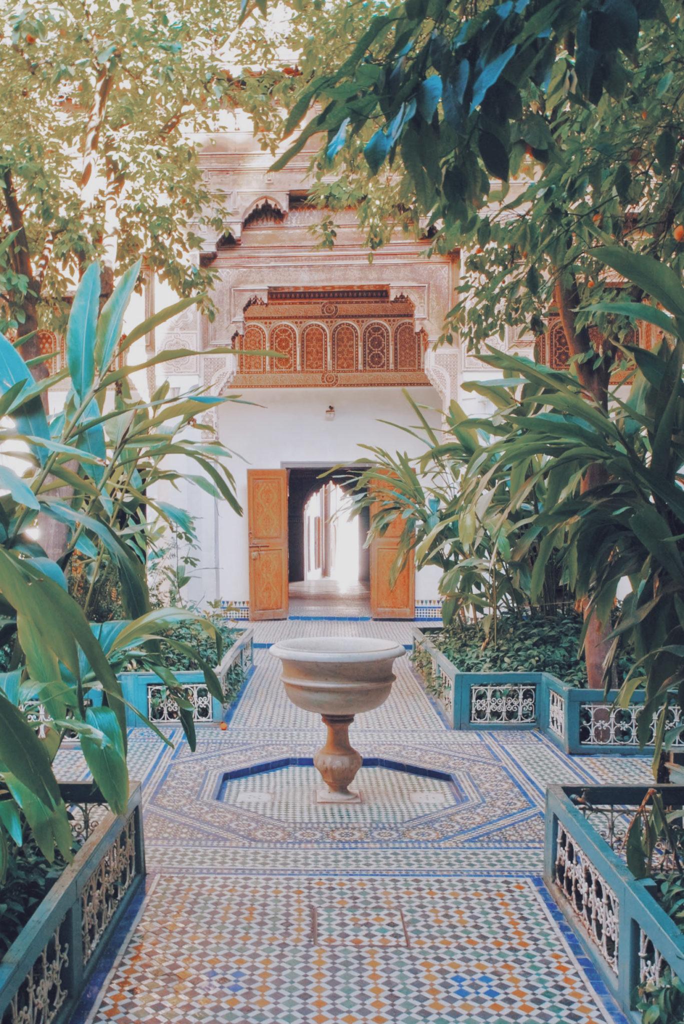 Allée principale du Palais et sa fontaine