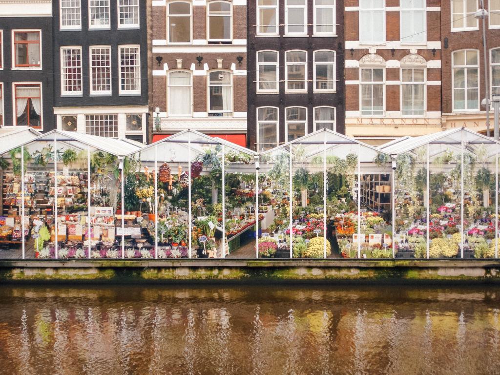 Un marché aux fleurs installé le long du canal
