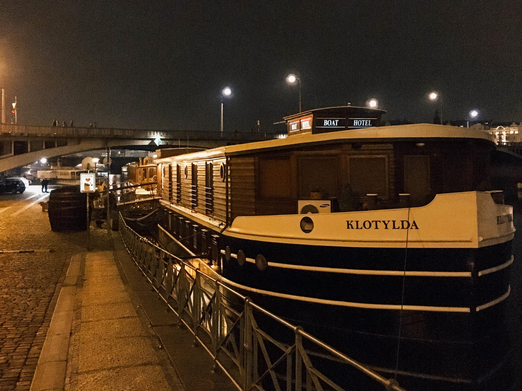 Le Boat Hotel Matylda accosté au bord de l'eau