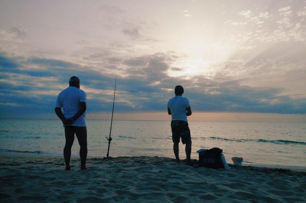Les pêcheurs de requins sur la plage