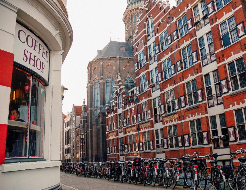 Une devanture de Coffee Shop, présents un peu partout dans le centre d'Amsterdam