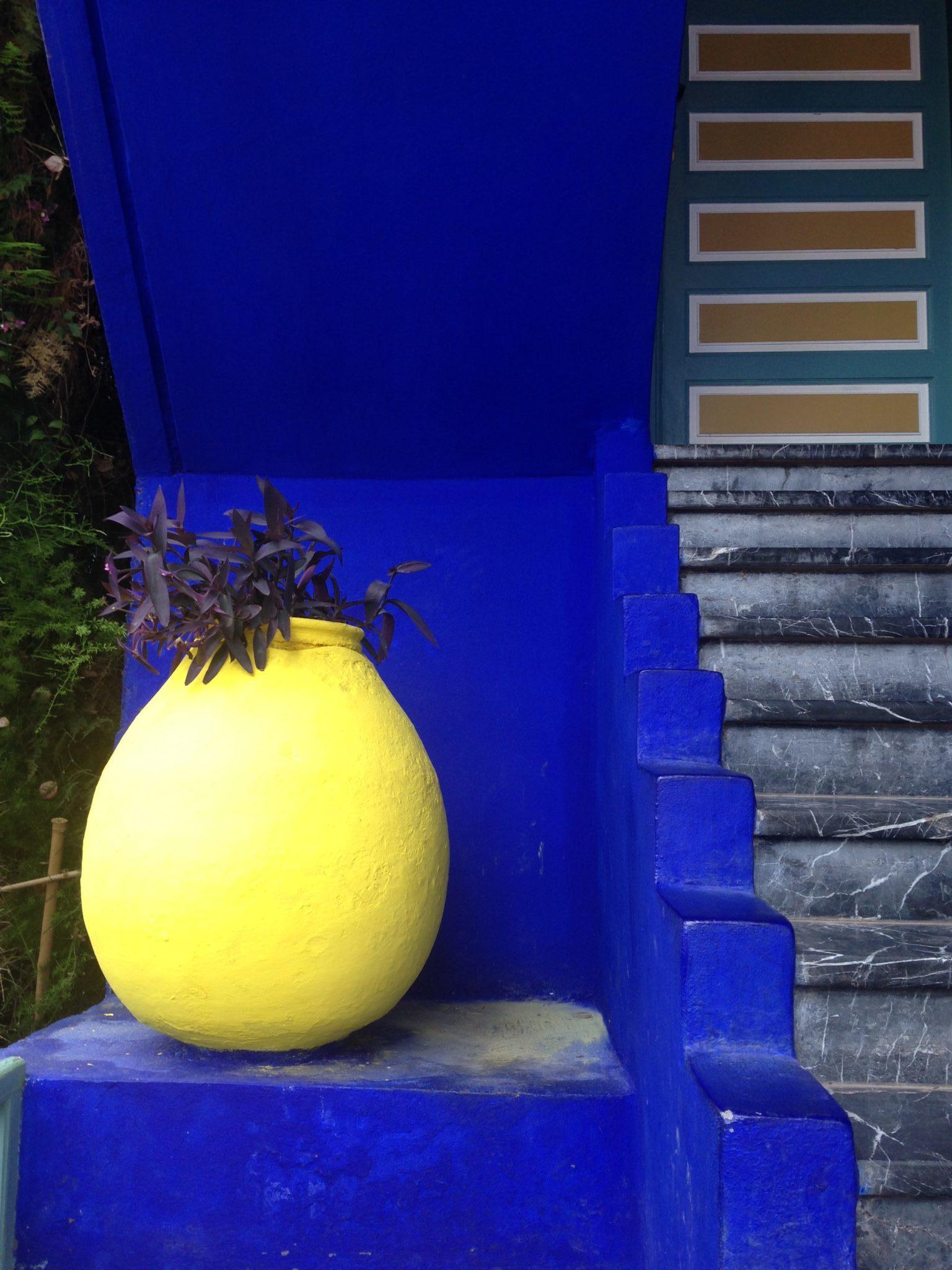 Détail sur une porcelaine jaune sur fond bleu