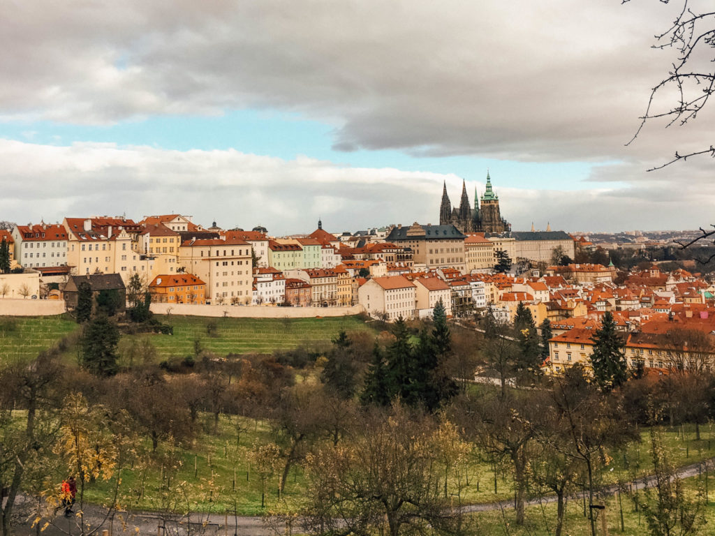 La colline offre une vue magnifique sur la ville de Prague