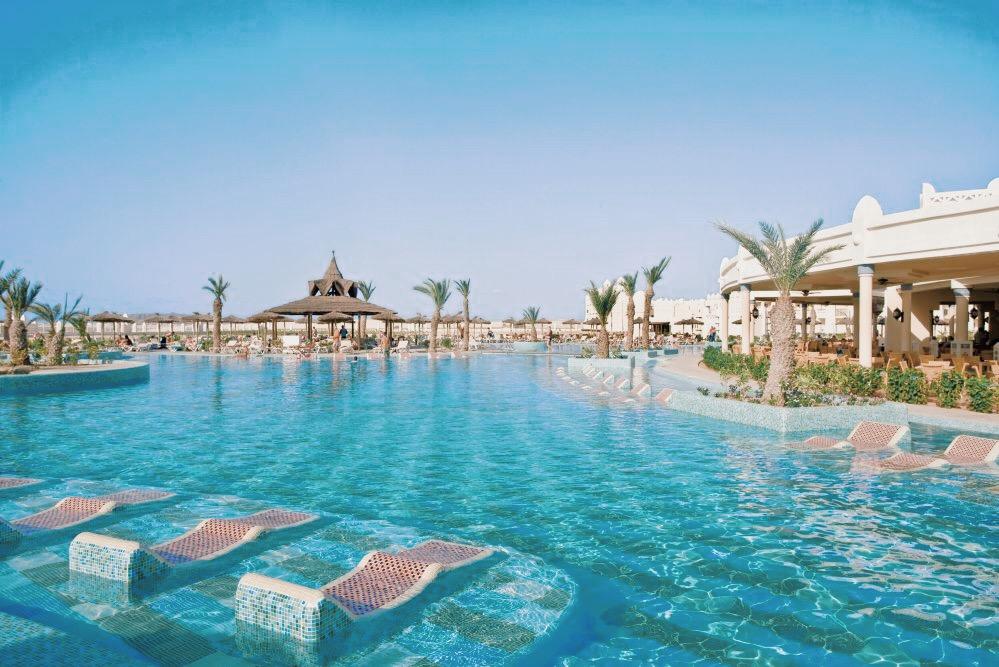 La piscine extérieure offre de très beaux espaces de détente et un bar à cocktails au centre