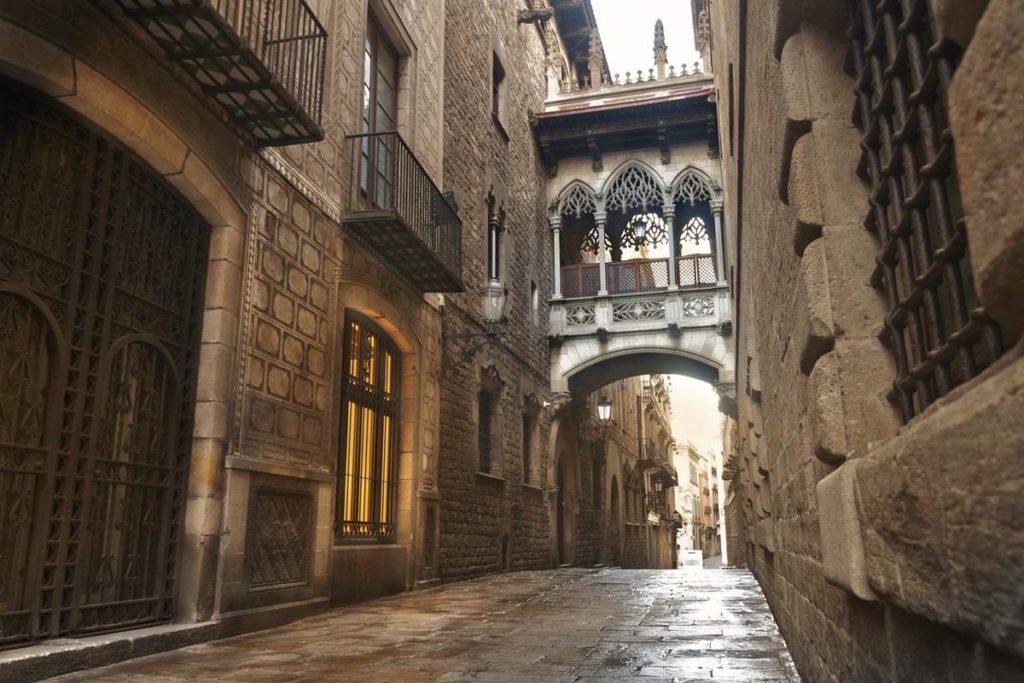 Ruelle typique du quartier gothique avec vue sur le Pont del Bisbe