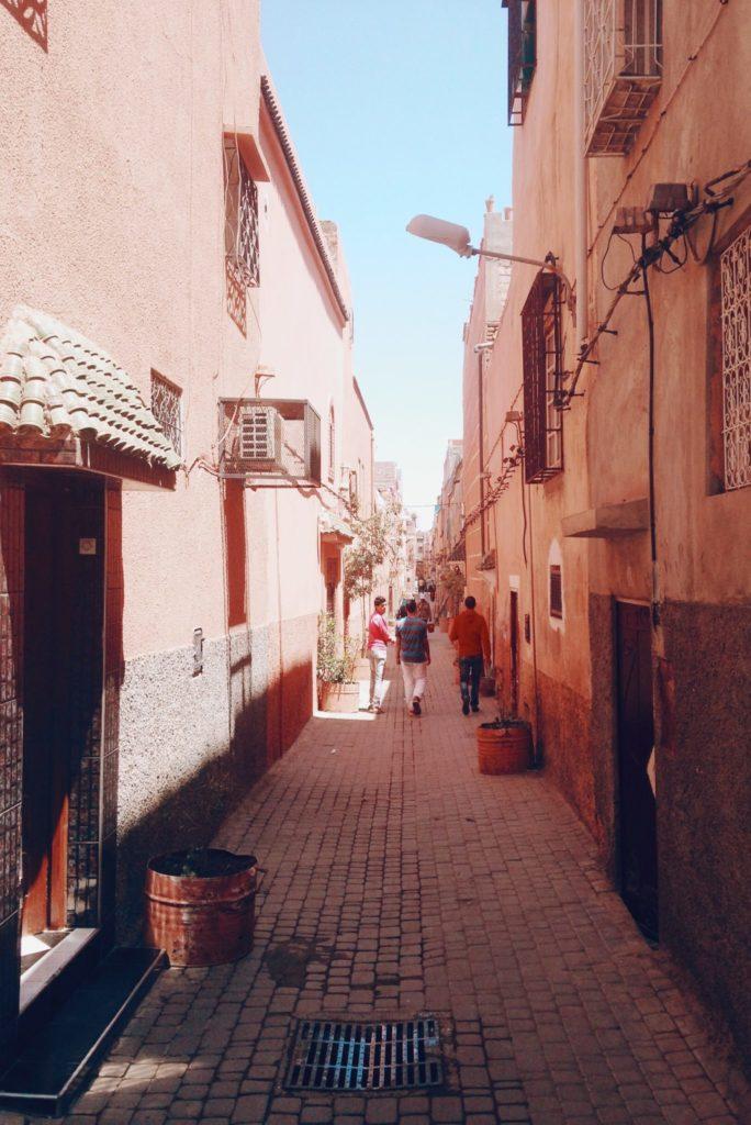 Vue d'une ruelle colorée de la médina