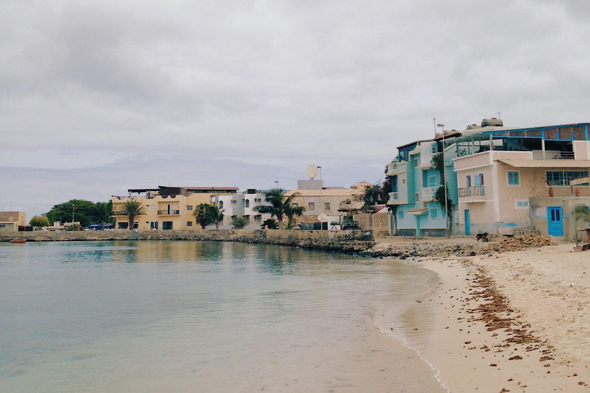 Des petites habitations de pêcheurs au bord de l'eau