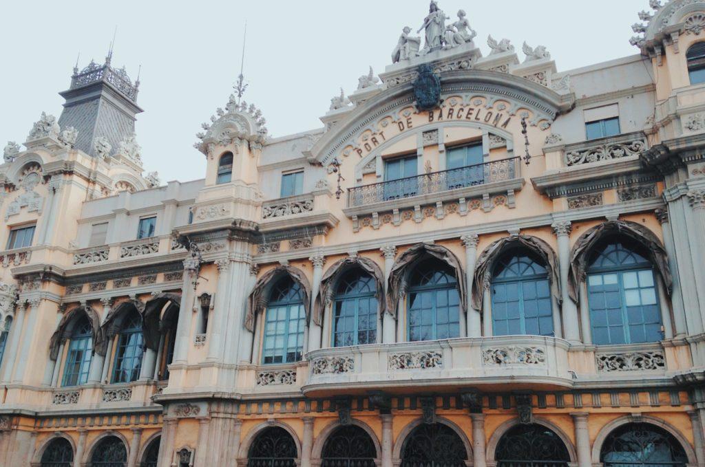 La magnifique façade du port de Barcelone