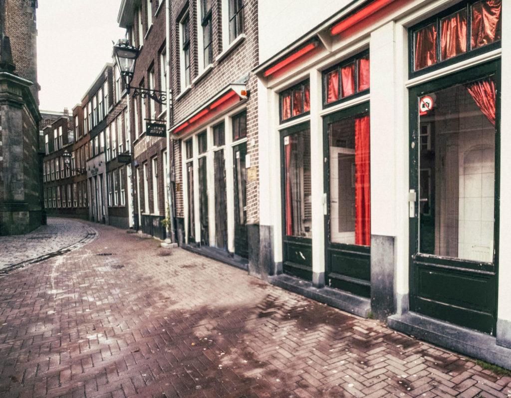 Les célèbres vitrines du Quartier Rouge d'Amsterdam