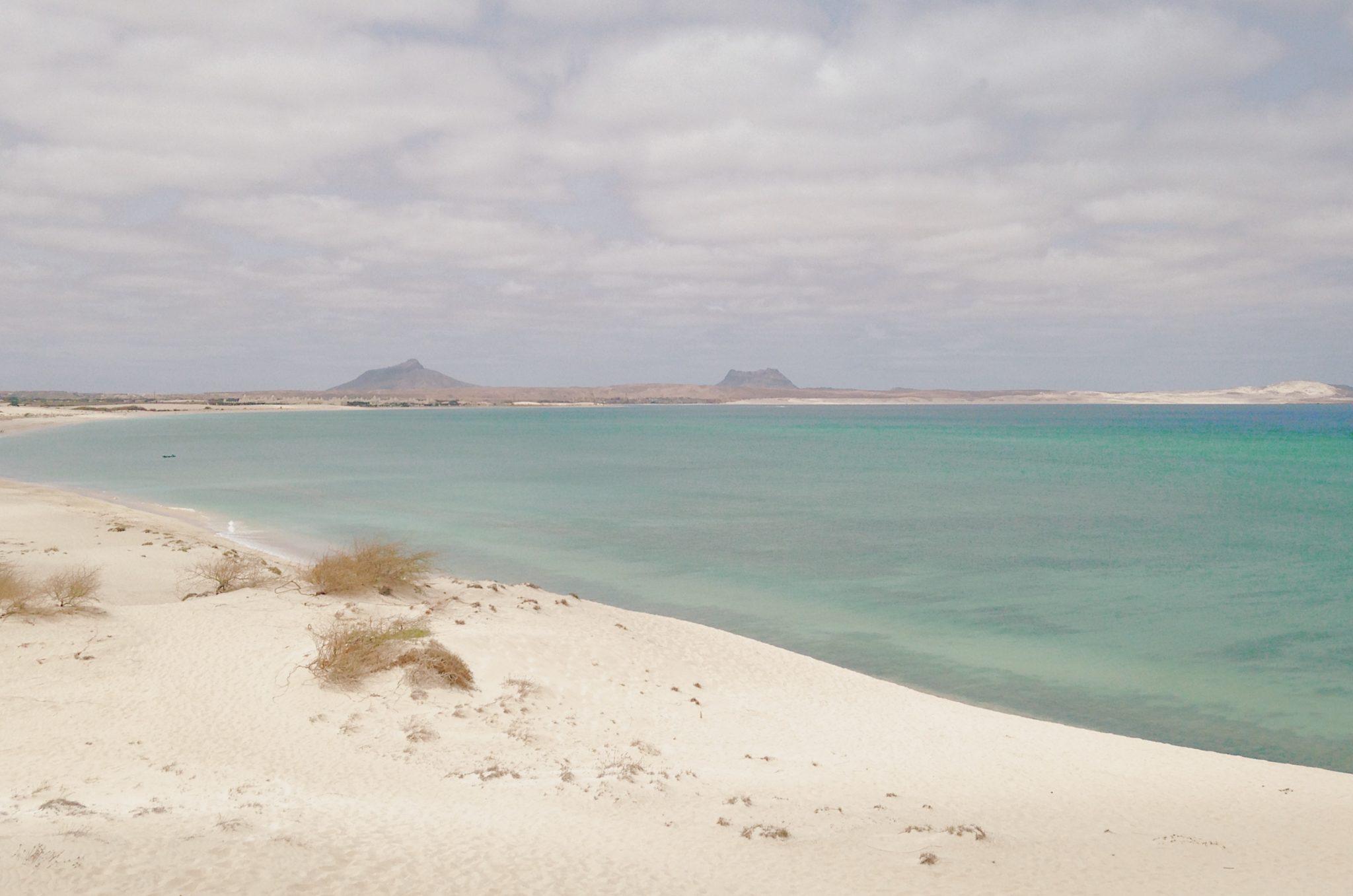 Des tons turquoises se mêlent aux dunes de sable blanc