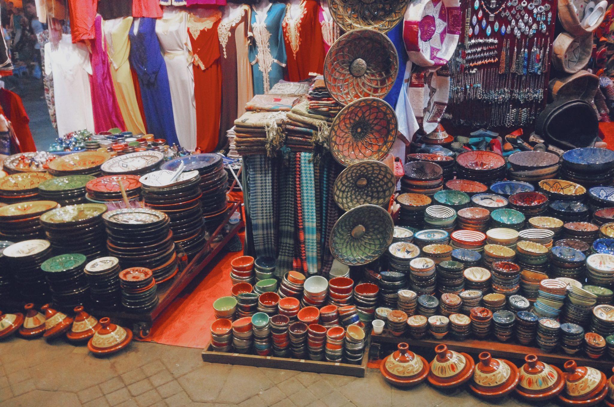 Marchand d'artisanat local dans les souks de Marrakech