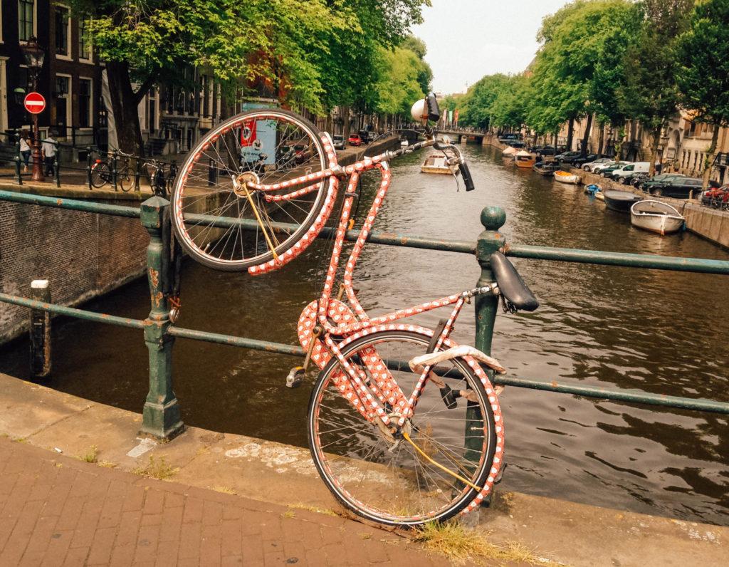 Vélo accroché dans une position plutôt atypique