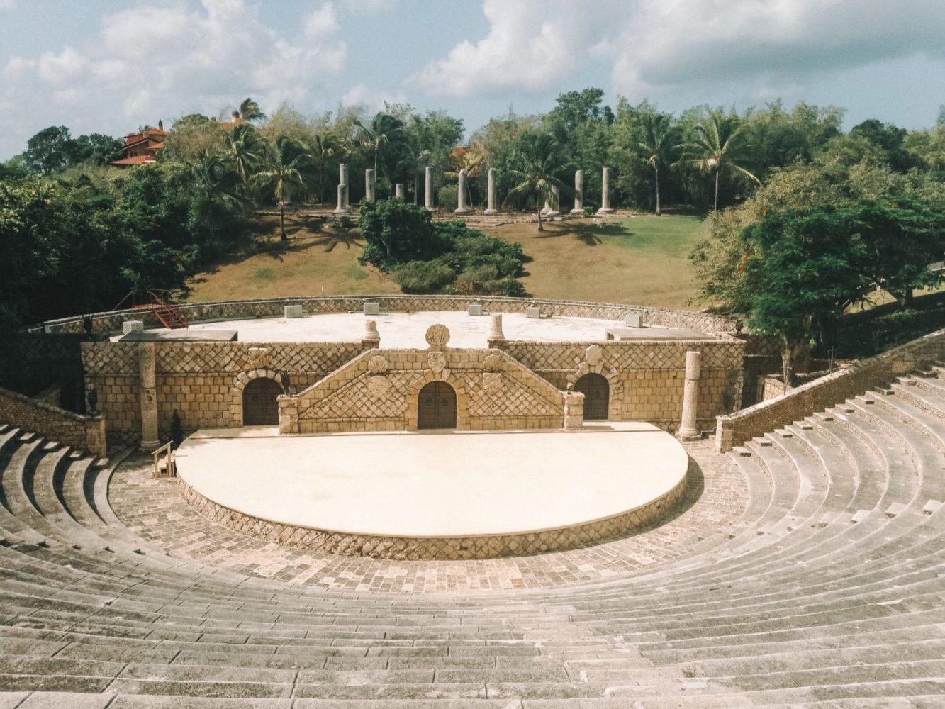 Amphithéâtre en plein air qui avec 5000 sièges taillés dans la pierre