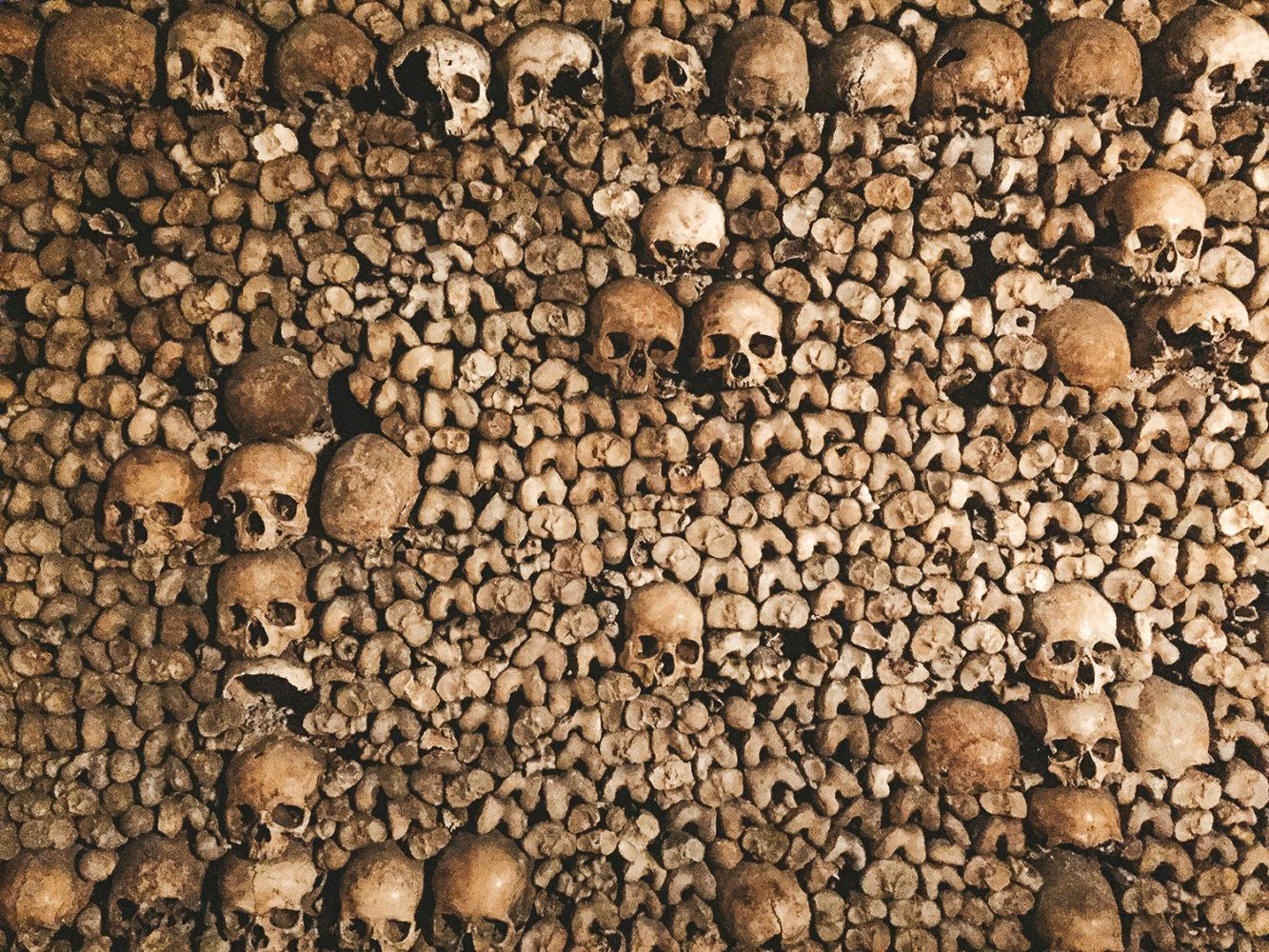 Les murs d'ossements des catacombes de Paris