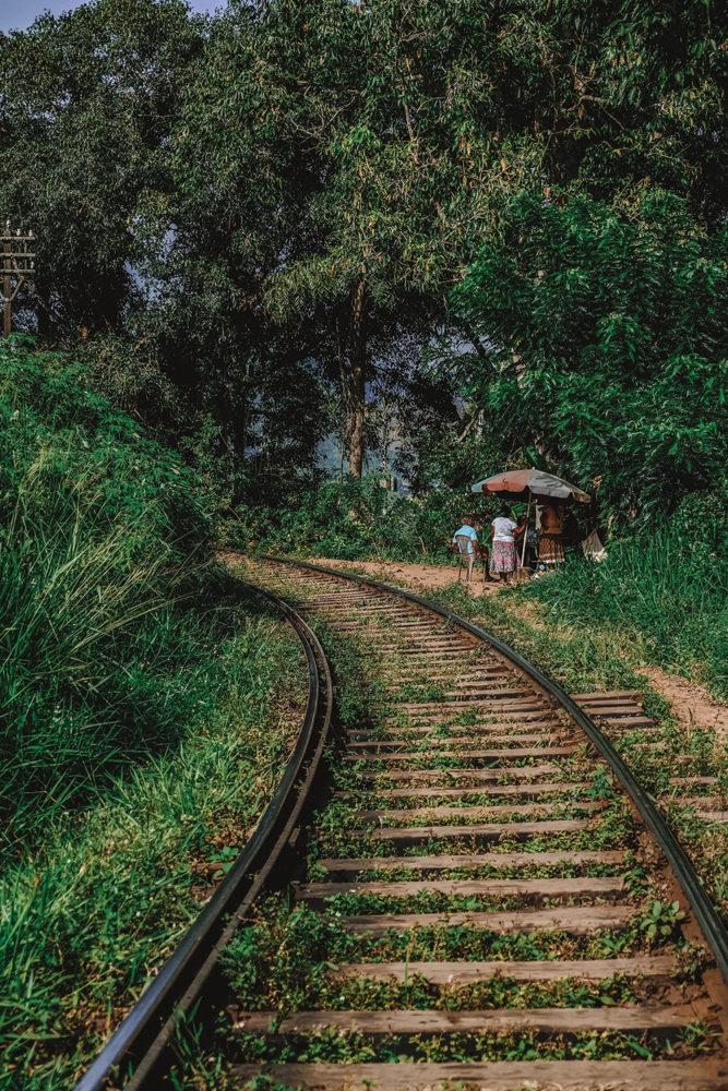 Stand de jus de fruits frais au bord de la voie ferrée