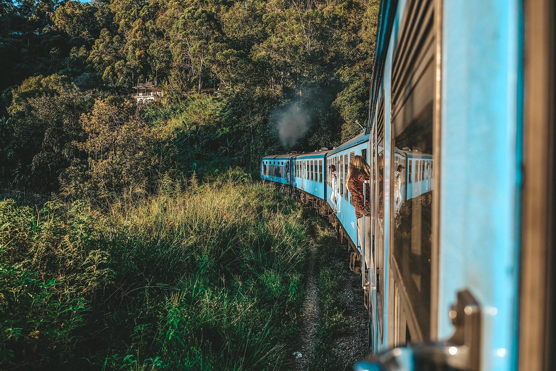 Départ du train et les premières têtes qui dépassent