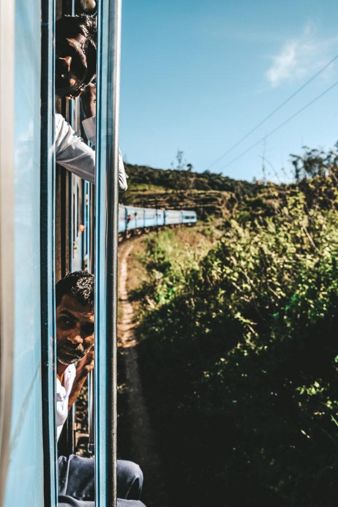 Deux sri lankais se laissent prendre au jeu des photos