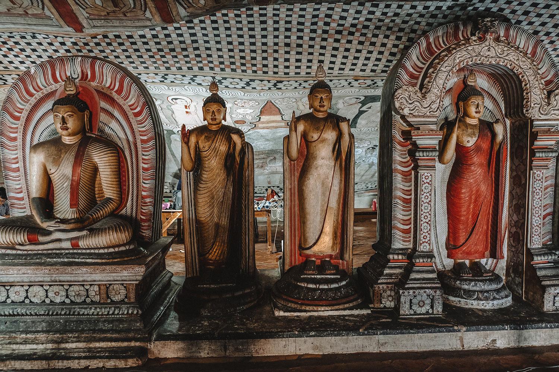 De nombreuses sculptures de Bouddha