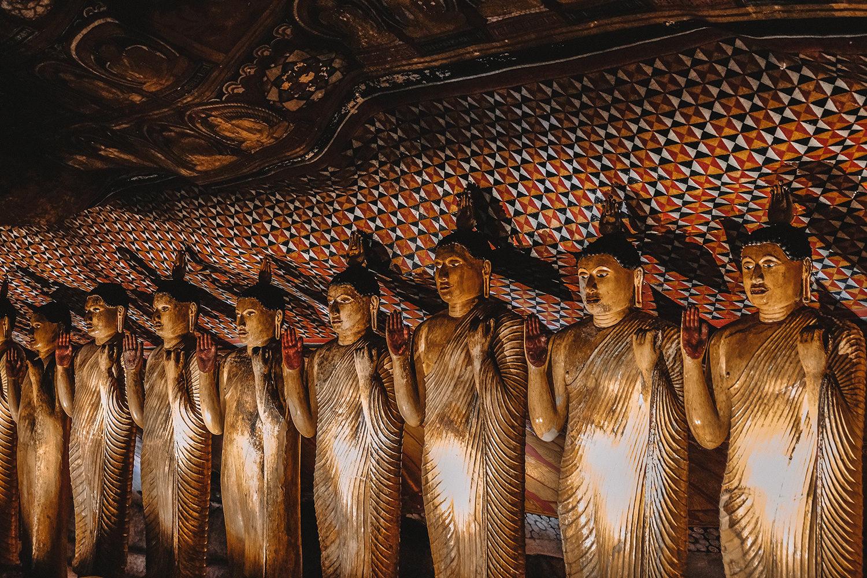 Sculptures de Bouddha et peintures murales