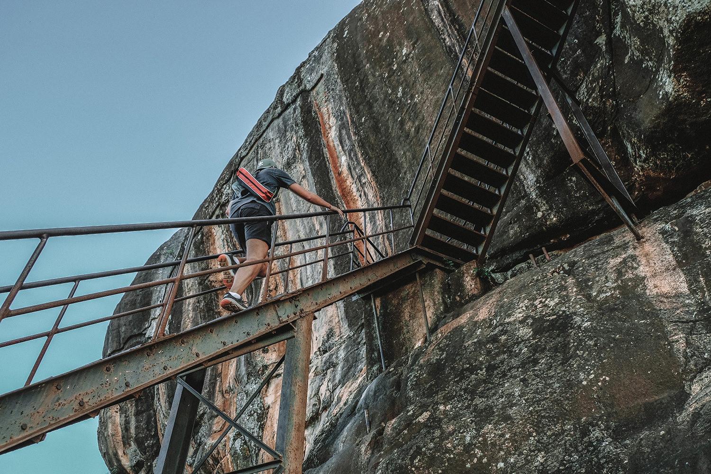 Les escaliers métalliques du rocher