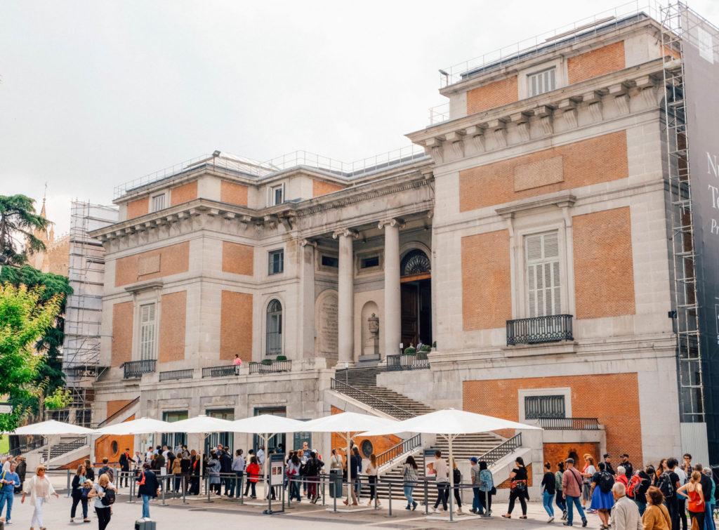 Entrée du Musée du Prado et sa file d'attente extérieure