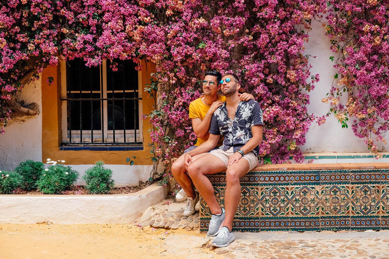 Petite photo de couple à l'ombre des arbres en fleurs