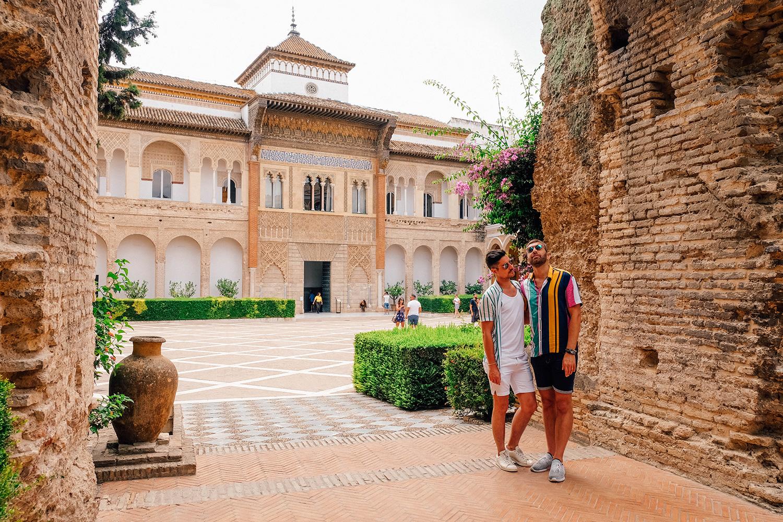 Petite pose devant l'entrée de l'Alcázar