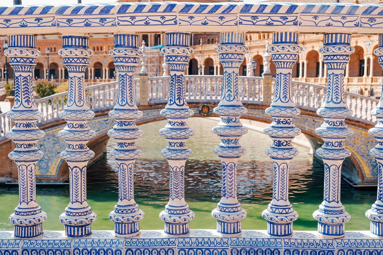 De magnifiques céramiques et azulejos sur les ponts surplombants le canal