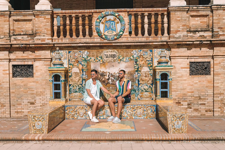 Bain de soleil sur un banc en céramique dédié à Madrid