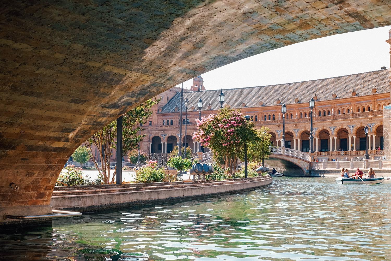 Vue depuis notre barque sous les ponts de la place