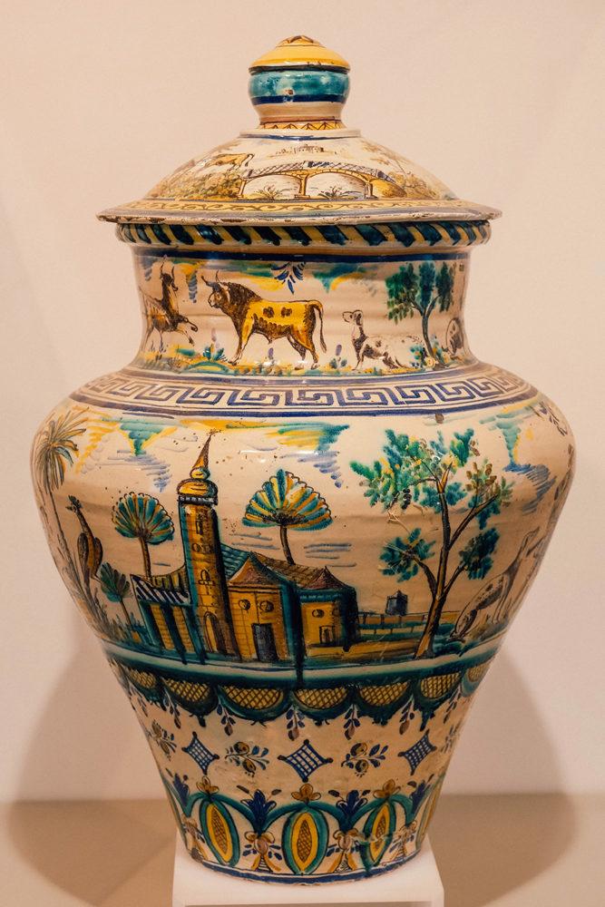 Un vase en porcelaine peint à la main