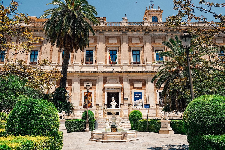 L'entrée du musée bordée par des palmiers