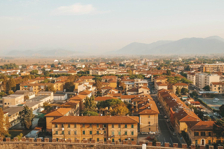 La vue panoramique de la ville de Pise au sommet de la tour