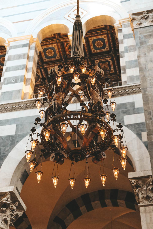 Un des nombreux majestueux lustres de la cathédrale