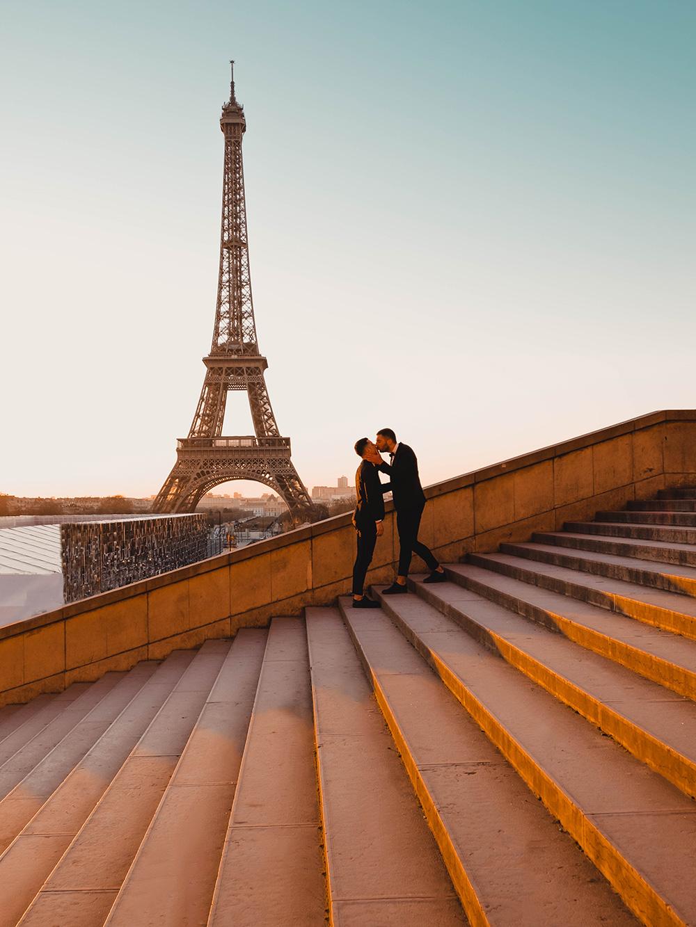 Un bisou ensoleillé devant la Tour Eiffel