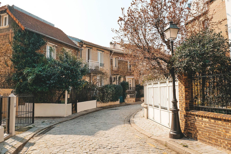 Calme et sérénité dans les ruelles de la campagne à Paris